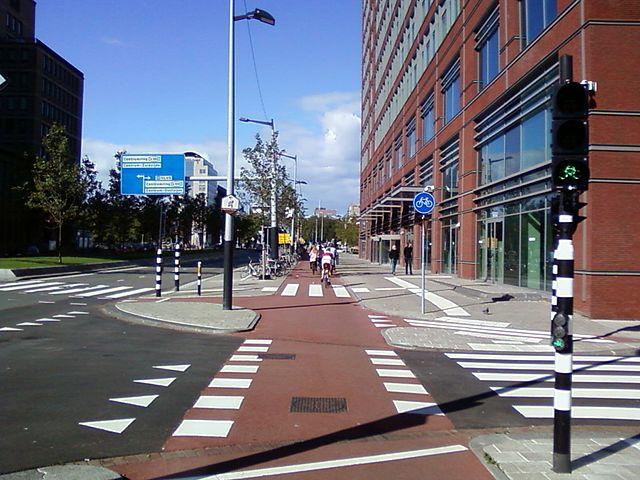 Eine Radüberfahrt in Amsterdam. Links gibt es Platz, damit Autos den Radweg nicht blockieren. Quelle: W.-D. Haberland, via Wikimedia Commons